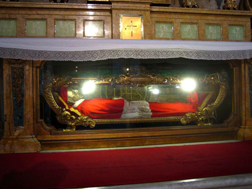Il corpo del santo nella chiesa di Sant'Ignazio di Loyola a Roma