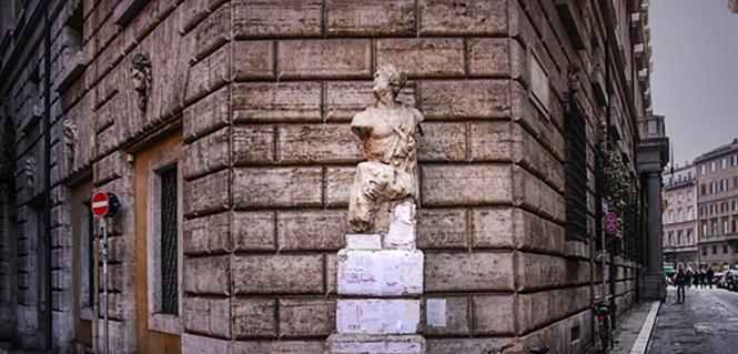 La statua del Pasquino tra piazza Navona e Campo dè Fiori a Roma