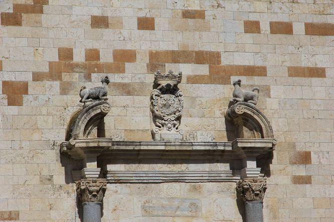Due cani all'ingresso della chiesa dominicana di San Lucifero a Cagliari