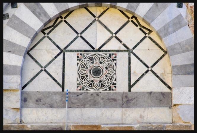Le geometrie dell'intarsio contenuto nella lunetta esplicito alla sequenza di Fibonacci